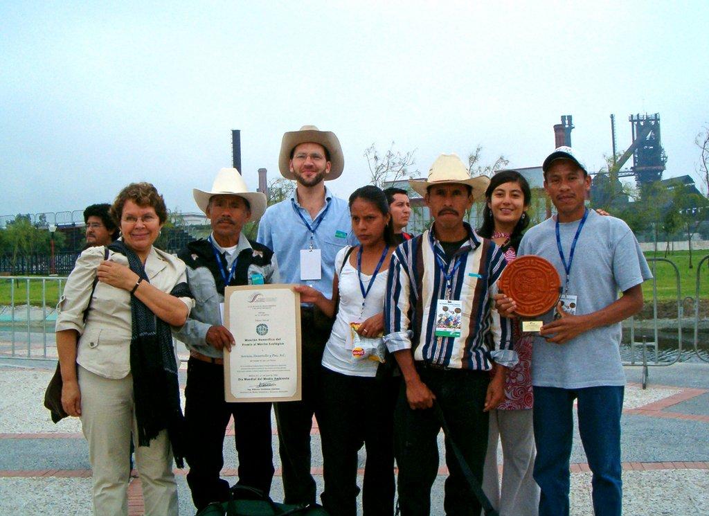 Sedepac, recibiendo el premio al Merito Ecológico 2005