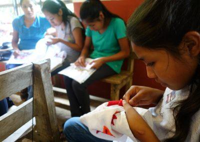 Mujeres bordando figuras Tenek