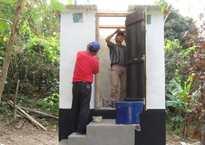 Colocando la puerta de madera del baño seco