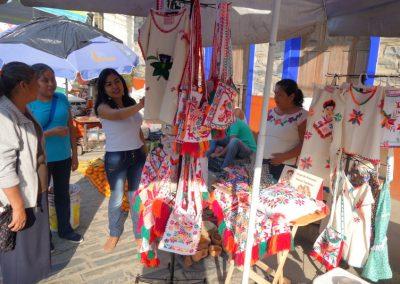 Comercializando artesanías elaboradas localmente