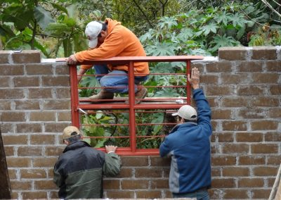 Anclar ventanas y puertas para después continuar con las últimas hiladas de barroblock