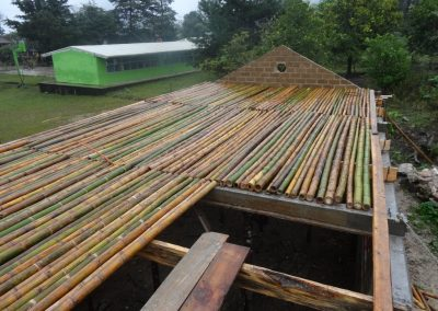 Montando estructuras de bambú para tapanco, recurso natural de la región