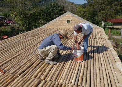 Aplicando revoque natural, impermeabilización y detallado al tapanco de la eco construcción