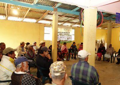 Participantes escuchando muy atentos la explicación de la promotora