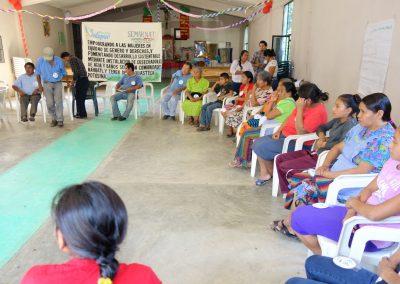Mujeres y hombres participando en el taller de capacitación conociendo sus derechos