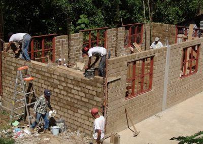 Levantado paredes: técnica de pegado de barro-blocks con mortero y des-emboquillado.