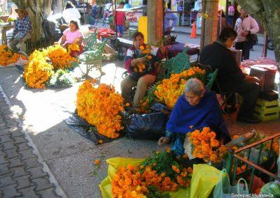 Mujeres de la Comunidad de Miraramar Vendiendo sus Flores de Xempoalxochitl