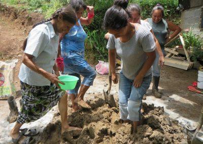 Preparación de la mezcla con tierra,cal,cemento y arena