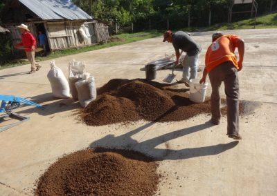 Preparando mezcla para BTC, aprovechando los materiales naturales de la región