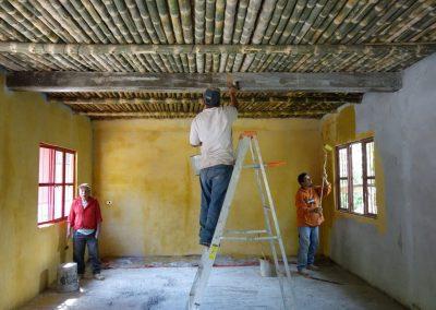 Aplicación de pintura elaborada a base de baba de nopal, cal, cemento y colorante artificial