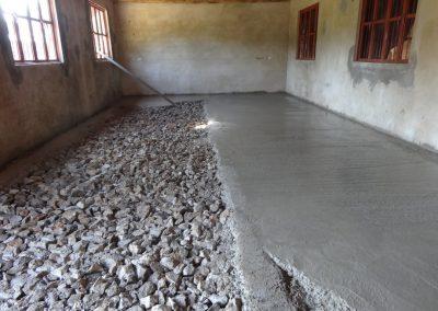 Piso tipo romano con mínima cantidad de cemento usando más cal y material de la región