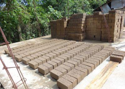 Secado del Barroblock, fabricados con un 80% de tierra arcillosa y un 20% de cemento