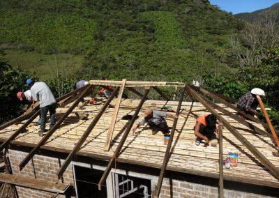 Instalación del techo de cuatro aguas de la Eco-construcción
