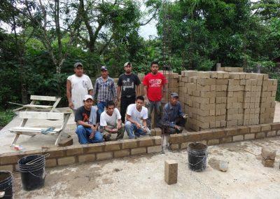 Vecinos participando en el desplante y escuadre de la Eco-construcción