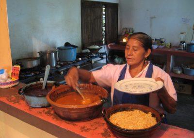 Preparando comida en el comedor