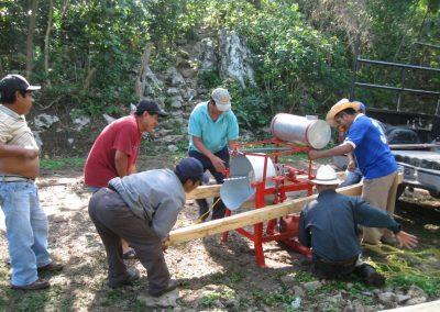 Trasladando el molino de nixtamal a la comunidad donde se instalará