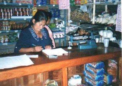 Llevando la contabilidad en la tienda comunitaria