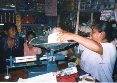 Pesando productos de la tienda comunitaria