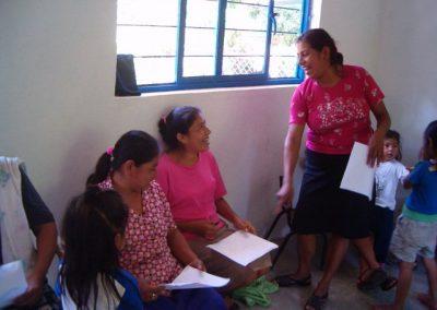 Mujeres compartiendo conociemientos adquiridos en el taller