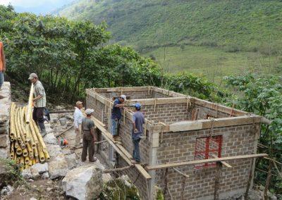 Colando las traves de cerramiento de la eco construcción