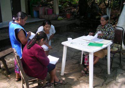 Mujeres integrantes del comedor realizando el registro de la contabilidad