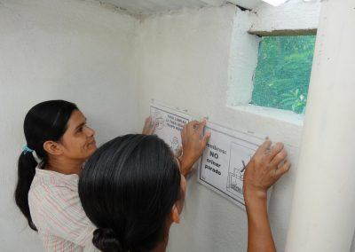 Pegando instrucciones del uso y mantenimiento correcto