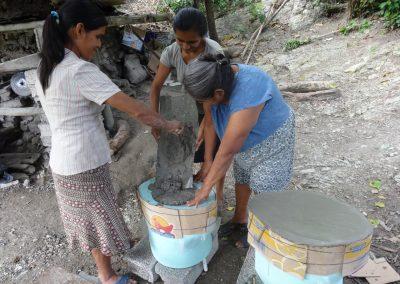 Elaborando tapa de cemento para las tazas